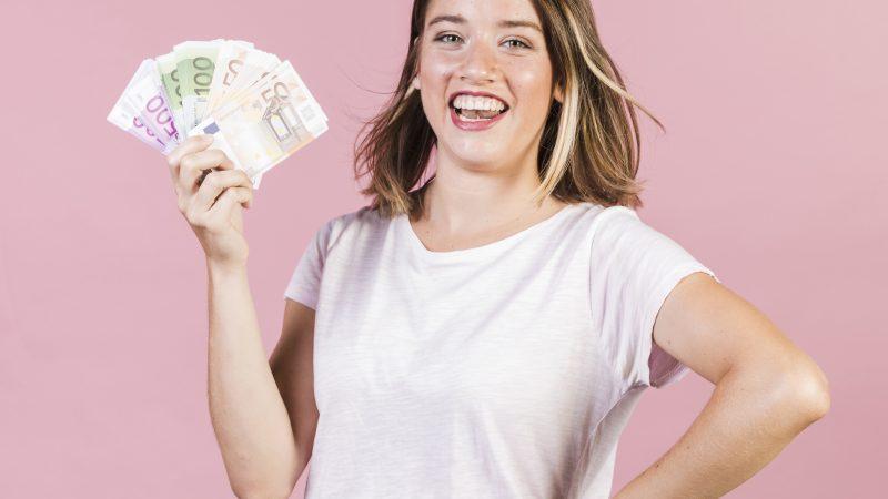 Femme tenant des billets dans sa main